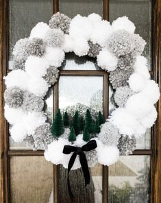 Christmas Pom Pom Crafts, Holiday Crafts, Christmas Holidays, Pom Pom Wreath, Diy Wreath, Pom Pom Decorations, Christmas Decorations, Pom Pom Kranz, Xmas Wreaths