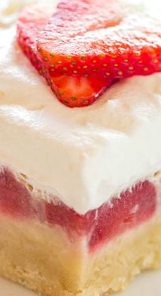 Strawberry Custard Bars ~ Easy no mixer bars with a shortbread crust, one pound of fresh berries, a layer of sweet custard, and creamy whipped topping. A perfect warm weather dessert that everyone LOVES! Dessert Crepes, Dessert Bars, Just Desserts, Delicious Desserts, Yummy Food, Healthy Food, Frozen Desserts, Cupcakes, Cupcake Cakes