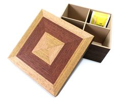 Caixa de Chá - Quadrado Marchetada    Caixa com 4 nichos para acomodar os saches de chá.  Em MDF e revestida com folhas de madeira pré-composta. Pintada internamente.  Linda combinação de cores.