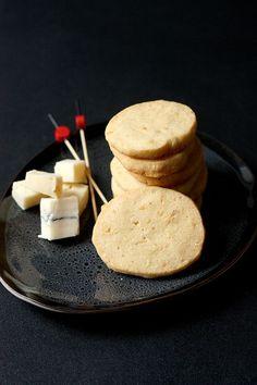 Ces sablés au morbier et noisettes sont parfaits pour l'apéritif ! Des sablés salés au bon goût de morbier, délicatement sablés et fondants en bouche !