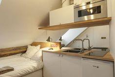 L'espace en sous pente accueille un couchage confortable à côté d'un espace cuisine optimisé.