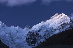 https://flic.kr/p/Niu7KT | Majestätischer Piz Bernina | Der Piz Bernina (4'049m.ü.M.) mit dem Biancograt präsentiert sich im ersten Licht des Tages. In der Bildmitte die Crast' Agüzza.