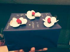 Pacco regalo decorato con carta velina, rose un tessuto rosso, rose di carta, penna bianca. #regalodicompleanno #fioridicarta #fantasia #creatività # cuginamia