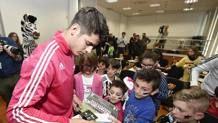 Alvaro Morata, 23 anni, con gli Junior Member della Juve. LAPRESSE