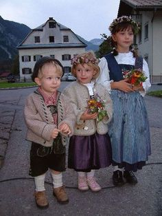 Austrian children in traditional costumes. Kids Around The World, People Around The World, Precious Children, Beautiful Children, Folklore, Beautiful World, Beautiful People, Hansel Y Gretel, Costumes Around The World