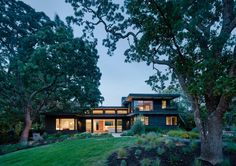 The Dark Exterior Of This House In California Hides A Bright Interior Ranch Exterior, Rustic Houses Exterior, Modern Exterior, Exterior Design, Exterior Colors, Commercial Architecture, Modern Architecture, Sustainable Architecture, Portola Valley