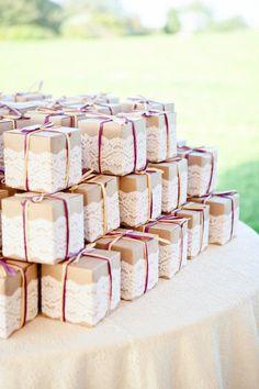 85ebc28f46c 20 modi per usare il pizzo nel vostro matrimonio Wedding Favors For Guests