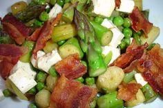 Warmer Spargelsalat mit Erbsen, Feta und Bacon
