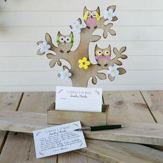 Deja tarjetas junto al árbol de los deseos...