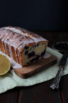 Tässä todella hyvän mustikka-sitruunakakun ohje. Turkkilainen jogurtti sekä öljy tekevät kakusta uskomattoman kostean ja mehevän. Kakus...