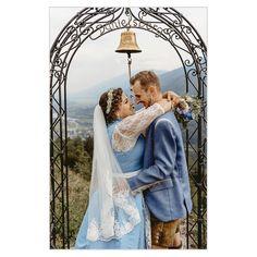 Hochzeiten - wenn ich weiterhin solch' tolle und fröhliche Kunden bekomme, wie bisher, dann übe ich meinen Traumjob als Hochzeitsfotograf weiterhin aus. ✅Kann es sein, dass hier das Gesetz der Anziehung wirkt, weil mich ausnahmslos Brautpaare engagiert haben, mit denen eine so ehrliche, offene und wertschätzende Beziehung entstanden ist? . #hochzeit #marriage #wedding #bestday #love #loveforever #weddingphotography #weddingphotographer #hochzeitsfotograf #kärnten  #ehe #kirchlichetrauung Couple Photos, Couples, Wedding Dresses, Photography, Second Year Anniversary, Dream Job, Church Weddings, Law, Newlyweds