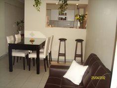 Cocina independiente sala pequeña y comedor pequeño con barra en cocina
