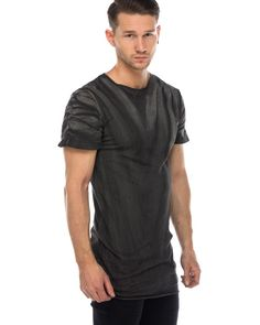 Delusion langes Shirt Grau  stylisches, langes T-Shirt von Delusion in Grau mit aufwändiger Stoffbearbeitung Rundhalsausschnitt offene Säume Lederdetail und Ziernaht am Rücken Stoffbearbeitung und Nahtdetail an den Ärmeln