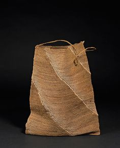 Dulloom (dillybag), Bundjalung people, collected from Richmond River by Mary Bundock in the 33 x 43 x 2 cm. Textiles, Ethnic Bag, Mode Jeans, Boho Bags, Knitted Bags, British Museum, Handmade Bags, Bag Making, Baskets