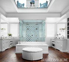 Na casa da apresentadora Giuliana Rancic, tem um lindo puff redondo no banheiro do casal. Tornando o ambiente um pouco mais aconchegante, além da praticidade de ter um suporte na hora de trocar de roupa.