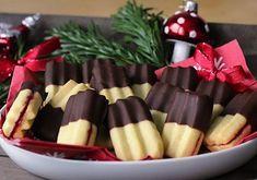 Tohle cukroví mám odmala moc ráda, tak jsem se rozhodla, že si koupím strojek a vyzkouším ho. Přináším recept na vynikající, křehké banánky, které se máčí v čokoládě a plní nejčastěji malinovou marmeládou a jejichž příprava je rychlá a snadná. Úspěch je s nimi zaručen!♥ #cukrovi #bananky #strojkove #vanocnicukrovi #cukrovi Christmas Kitchen, Christmas Candy, Christmas Baking, Christmas Cookies, Desert Recipes, Sweet Tooth, Almond, Deserts, Food