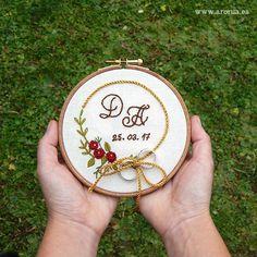 Bastidor para llevar las alianzas de boda bordado a mano. Personalizado con las iniciales de los novios y la fecha de la boda.