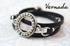 Vernada Design -kieputettava nahkakäsikoru, Swarovski, musta. #Vernada #jewelry #bracelet #wraparound #leather #suomestakäsin #finnishdesign
