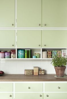 Mint green kitchen cabinets for vintage kitchen design Kitchen Interior, Interior Design Living Room, Kitchen Decor, Kitchen Design, Kitchen On A Budget, New Kitchen, Modern Retro Kitchen, Green Kitchen, Home Kitchens