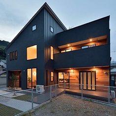女性で、のzerocube/ZERO-CUBE/ゼロキューブ/注文住宅/エクステリアライト…などについてのインテリア実例を紹介。「Y様邸ライトアップ。」(この写真は 2016-09-14 21:58:01 に共有されました) Minimalist House Design, Modern House Design, Contemporary Architecture, Architecture Design, Japanese Modern House, Interior Cladding, Suburban House, Outdoor Paint, Black House