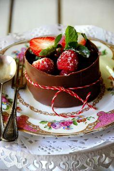 CHEZ SILVIA: Postre de chocolate con crema de limón y chocolate blanco con frutos rojos