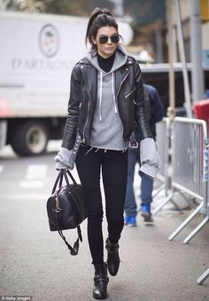 Kendall Jenner& street style look is casual and simple. Almost everyone has these basics in their closets. Black skinny jeans, rough boots, leather jacket and hoodie underneath - fits! outfits style summer teenage frauen sommer for teens outfits Mode Outfits, Casual Outfits, Fashion Outfits, Jeans Fashion, School Outfits, Edgy Fall Outfits, Sporty Chic Outfits, Outfits 2016, Vest Outfits