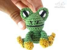 Amigurumi Frog - free crochet pattern in English and German by Jonas Matthies / Supergurumi Crochet Frog, Crochet Toys, Free Crochet, Cross Stitch Patterns, Crochet Patterns, Crochet Keychain, Loom Knitting, Amigurumi Doll, Crochet Animals