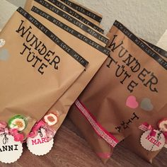 Wundertüten kindertisch Hochzeit. Surprise gift bags for the kids at the wedding.