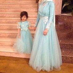موديلات للام وابنتها , hijab fashion for mother and daughter Mommy Daughter Dresses, Mother Daughter Dresses Matching, Mother Daughter Fashion, Mom Daughter, Mother Daughters, The Dress, Baby Dress, Baby Hijab, Hijab Dress
