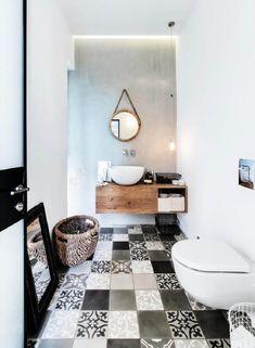 banheiro branco com madeira e piso estampado