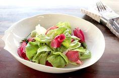 Salada de hibisco-colibri e folhas com molho de laranja