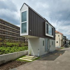 House in Japan represents the tiny house movement and the advantages of living small. After TINY documentary was released on Netflix, the trend just keeps growing. Would you be able to live in a tiny house? Small Space Design, Small Spaces, Triangle House, Triangle Shape, Riverside House, Narrow House, Unusual Homes, Small Buildings, Tiny House Movement