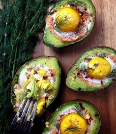 Abacate recheado com salmão e ovo. Topa?