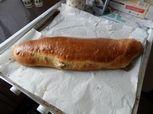 Ein Strudel ist eine Süßspeise aus einer gefüllten und gebackenen Teigrolle. Entsprungen aus dem Habsburgerreich. Der Strudel fand später Einzug in die jeweils nachfolgenden Österreichischen Küchen und ist heute weltweit bekannt. #backen #süßspeise #mehlspeisen #backenmachtglücklich #foodporn #backenistliebe #backenmitliebe #meinbacken #strudel Hot Dog Buns, Hot Dogs, Food Porn, Bread, Euro, Html, Mudpie, Simple, Breads