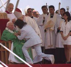 Roberto pede a benção a João Paulo II, na visita do Papa ao Rio, em 1997. Maria Rita, sua ex-mulher, observa do lado direito