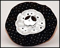 Diese wunderschöne Haarklammer besteht aus einer genähten Rüsche aus schwarzem Stoff mit weißen Punkten, einer Lochstickereiborte und einer bemalte...