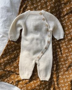 strikkeopskrift og garn finder du i min shop www. Baby Hats Knitting, Knitting For Kids, Baby Knitting Patterns, Baby Patterns, Knitted Hats, Knitted Baby Cardigan, Knitted Baby Outfits, Suit Pattern, Crochet Bebe