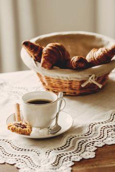 Dă o atmosferă cozy dimineții tale cu o cafea aromată servită într-o ceașcă din porțelan fin!  #cesti ceai # cesti cafea #ceasca cafea Sweets, Canning, Drinks, Tableware, Food, Drinking, Beverages, Dinnerware, Gummi Candy