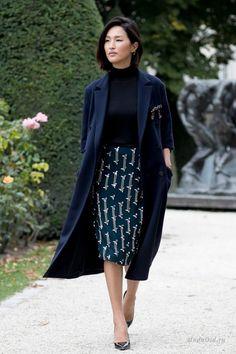 Продолжаем следить за стильными образами гостей модных показов в рамках недели моды в Париже сезона весна-лето 2017.