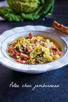 Envie de réconfort en plein hiver? Essayez cette potée chou jambonneau, une soupe complète bien douillette qui change des soupes habituelles.
