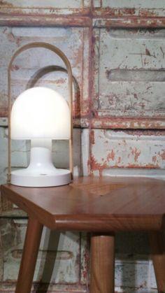 """Lampe baladeuse """"Follow me"""" de Marset. Indépendance 5 h ; Alimentation sur secteur ou port usb. Poignée en chêne. Papier peint trompte l'oeil """"container behang"""" Studio Ditte"""