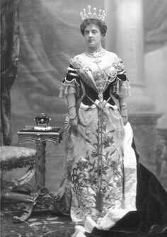 The Marchioness of Londonderry wore the tiara with huge pearls for the coronation of Edward VII in 1902.