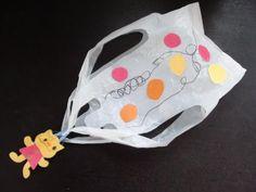 スーパー袋と洗濯ばさみを使った手作りパラシュート。模様はもちろん、大きさや切り込みの入れ方など、アレンジたくさん!どんな風に落ちるだろう?工夫次第でいろんなパラシュートが生まれそうな製作遊び。