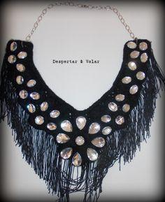 cuello con apliques, flecos y cadenas