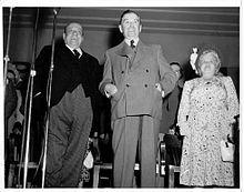 Houde et le premier ministre Maurice Duplessis consacrent leur réconciliation lors d'une assemblée publique, tenue au marché Saint-Jacques de Montréal, à la veille de l'élection générale québécoise de 1948.