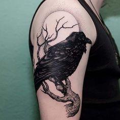 erkek üst kol kuzgun dövmesi man upper arm raven tattoo