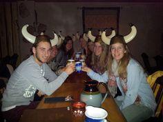 Päällikön pitojen kohokohta on ruoka, joka valmistetaan Haraldin herkkukeittiön parhaista suunmukaisista. Herkullisen ja runsaan menun pidoissa esittelee Patavahtien päällikkö, joka johdattaa tarinoillaan osallistujat matkalle viikinkiaikaan. Ja Haraldin käskystä henkilökuntamme pitää huolta, että ruokaa riittää pöydässä koko pitojen ajan suuremmankin nälän taltuttajien ollessa paikalla. www.ravintolaharald.fi Cowboy Hats