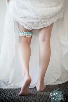 DIY wedding: How to make a wedding garter ~ super easy and can be complete in under an hour! #somethingturquoisediy