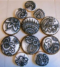 The henna designs on these cookies give them a look of black lace, don't you think? Fancy Cookies, Iced Cookies, Royal Icing Cookies, Cookies Et Biscuits, Cupcake Cookies, Sugar Cookies, Henna Cake, Henna Party, Engagement Decorations