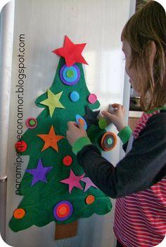 Este árbol tan sencillo lo tenemos en la nevera, hecho con fieltro e imanes. Felt Christmas, Handmade Christmas, Christmas Time, Christmas Ornaments, Xmas Crafts, Christmas Projects, Diy And Crafts, Christmas Activities For Kids, Craft Activities For Kids